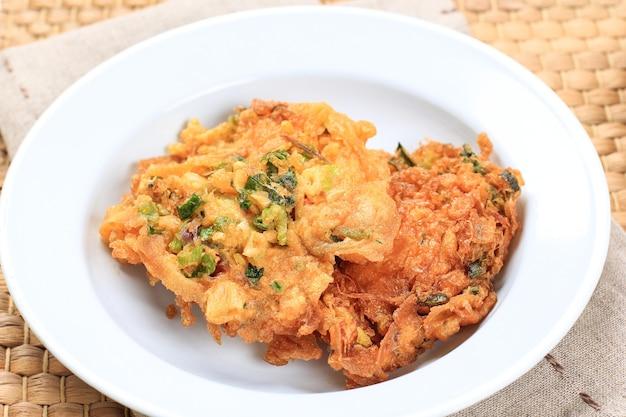 Talua barendo ou minang omelette ou telur dadar padang est une omelette croustillante typique de warung nasi padang. habituellement fait avec ajouter de la farine.