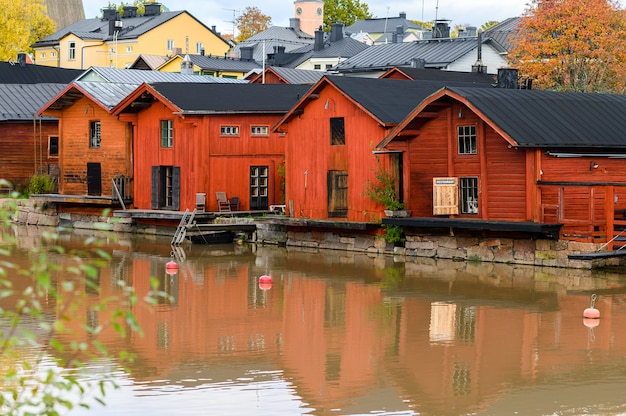 Le talus de granit avec ses maisons rouges et ses granges