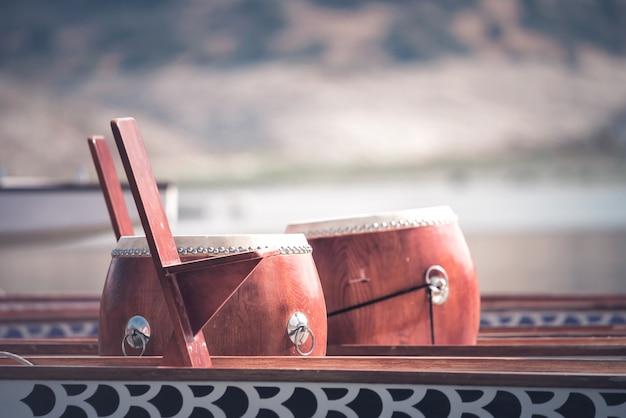 Tambour de bateau-dragon utilisé pour stimuler les pagayeurs