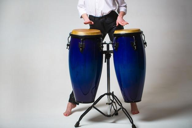 Tambouriner. mains d'un musicien jouant sur des bangs. interprètes jouant des tambours bongo. gros plan de la main du musicien jouant des tambours bongos. afro-cuba, rhum, batteur, doigts, main, hit.