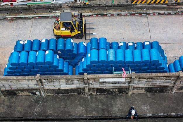 Tambours chimiques de chariot élévateur topview barils de pétrole tambours chimiques bleus empilés horizontalement