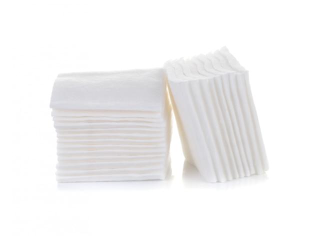 Tampon cosmétique en coton isolé sur blanc