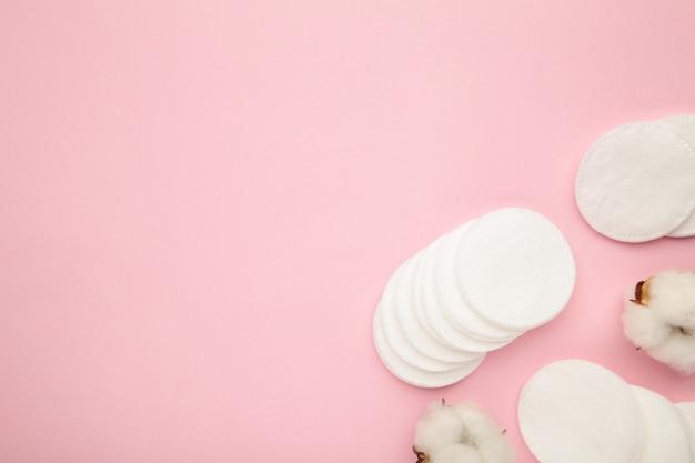 Tampons cosmétiques jetables hygiéniques et fleur de coton