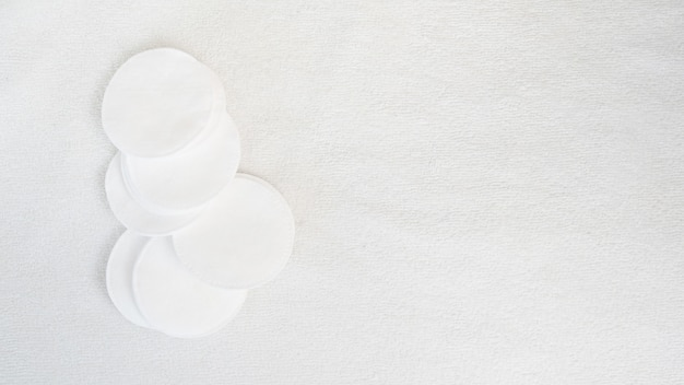 Tampons de coton sur fond de serviette blanche