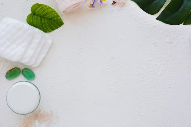 Tampons de coton avec produits pour le bain et espace de copie