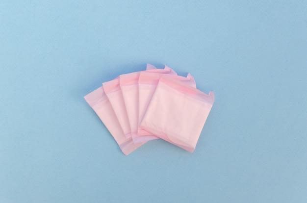 Tampons enveloppés simplistes sur fond bleu