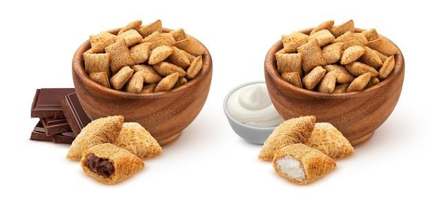 Tampons de maïs sucré avec garniture au chocolat et au lait dans un bol en bois isolé sur fond blanc avec un tracé de détourage, collection