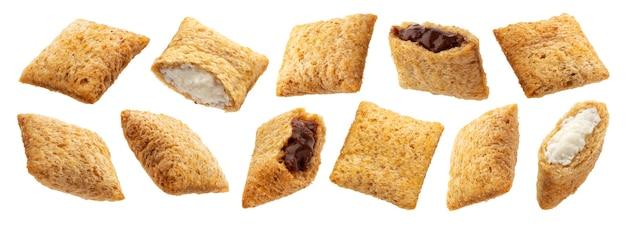 Tampons de maïs sucré avec garniture au chocolat et au lait isolés sur fond blanc avec un tracé de détourage, collection