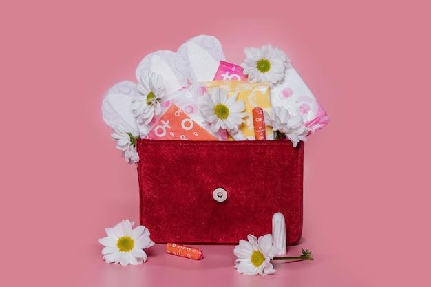 Tampons et serviettes menstruels dans un sac à cosmétiques. cycle menstruel. hygiène et protection.