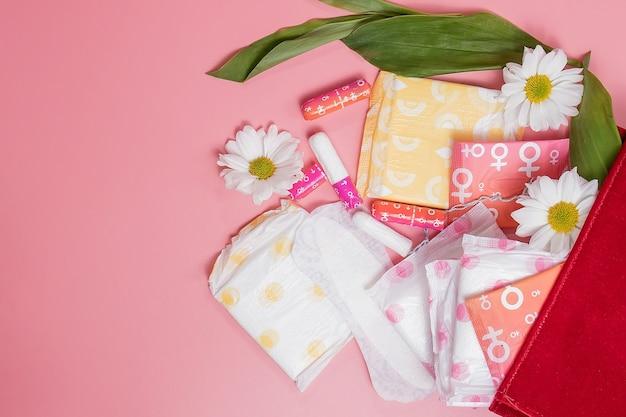 Tampons et serviettes menstruels dans un sac à cosmétiques. cycle menstruel. hygiène et protection