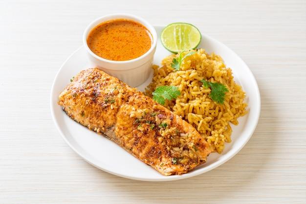 Tandoori de saumon poêlé avec riz masala. style de cuisine musulmane