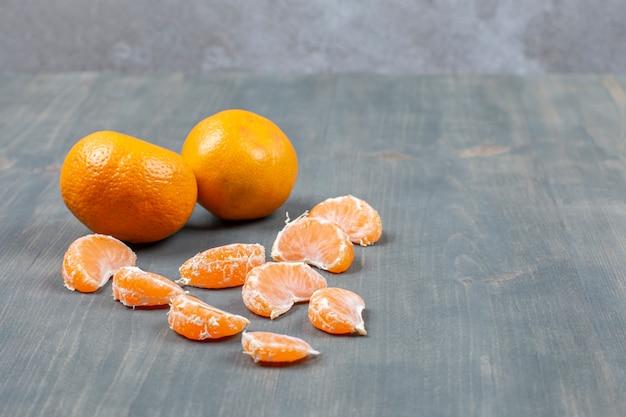 Tangerine savoureuse pelée sur une table en bois