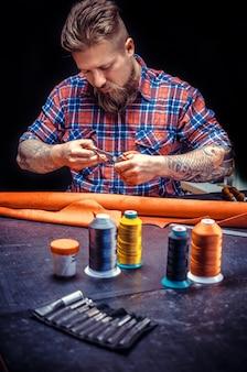 Tanner du cuir se concentrant sur son travail dans son atelier de tannerie.