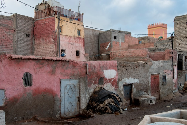 Tannerie traditionnelle dans la médina de marrakech, maroc