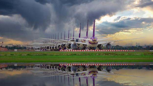 Tant d'avions sont alignés sur la piste en attente de décollage. ces avions de l'armée de l'air font partie du service d'arrêt de l'opération pour le transport en situation de covid-19. en thaïlande