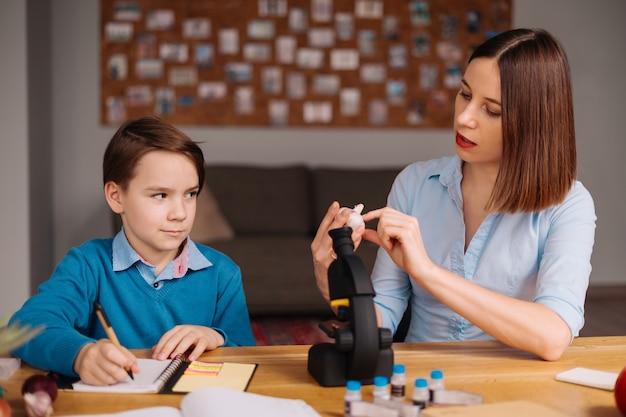 Tante et neveu font leurs devoirs ensemble