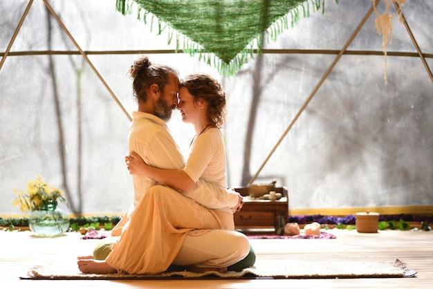 Tantra yoga maîtres homme et femme face à face et concept d'amour conscient uni