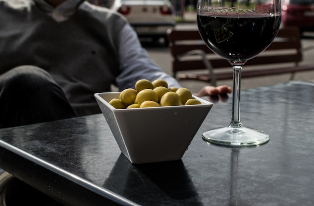 Tapa espagnole d'olives et de vin de rioja sur une terrasse