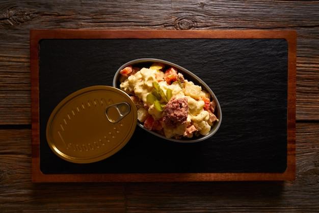 Tapas ensaladilla rusa est une salade de pommes de terre