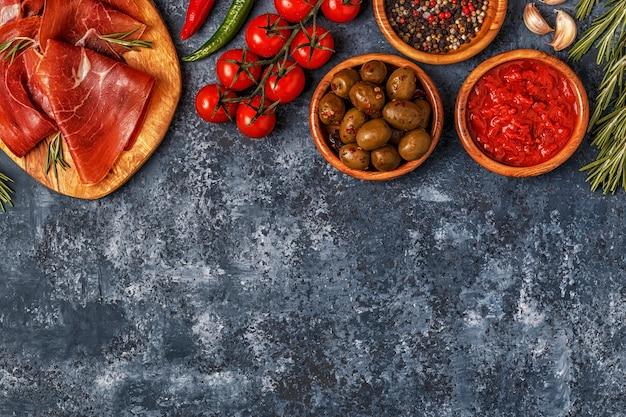 Tapas espagnoles avec chorizo, jambon, table de pique-nique