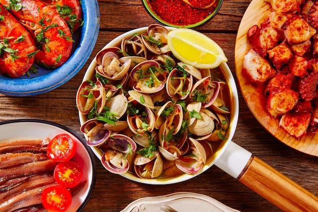 Tapas fruits de mer palourdes crevettes anchois poulpe