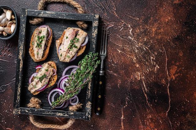Tapas avec sardine et sprat, fromage à la crème et oignon