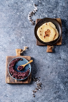 Tapenade aux olives servie avec du pain fait maison