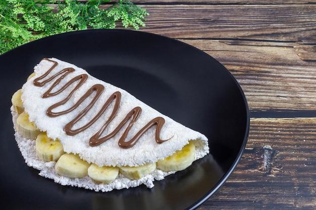 Tapioca typique du nord-est du brésil banane avec crème au chocolat et noisette