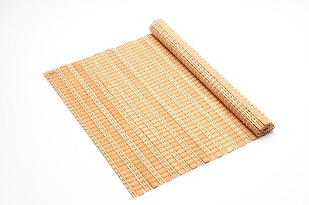 Tapis de bambou sur un blanc isolé