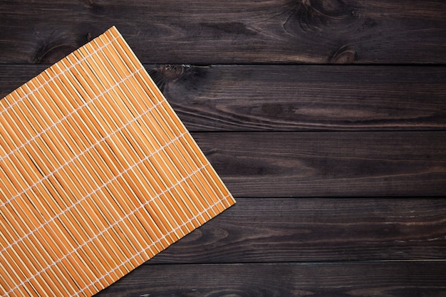 Tapis de bambou sur table en bois, vue de dessus
