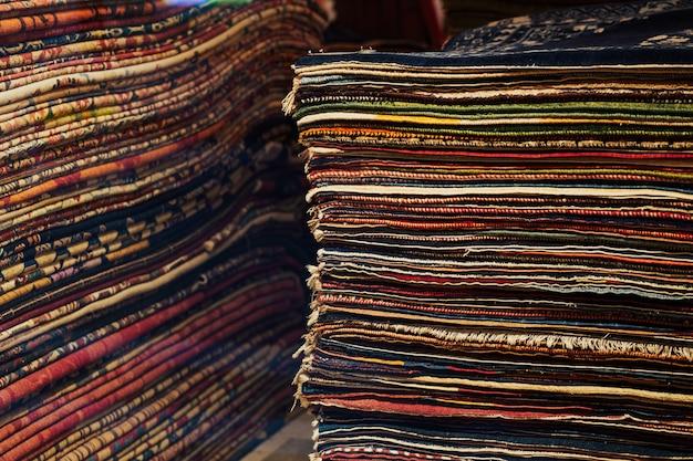 Tapis décoratifs colorés.
