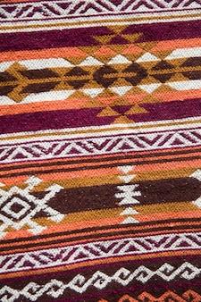 Tapis géorgien traditionnel avec motif géométrique typique