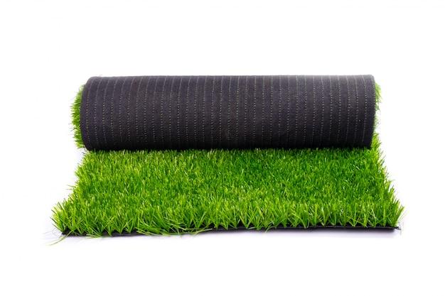 Tapis, herbe verte artificielle, rouleau avec pelouse verte isolé sur blanc