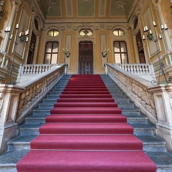 Tapis rouge pour cette ancienne entrée de palais italien