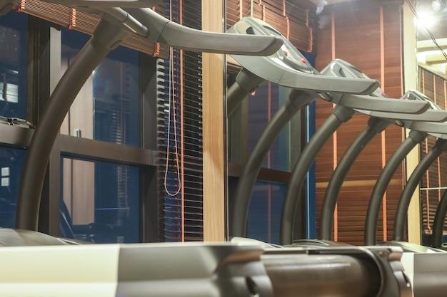 Tapis roulant dans la salle de gym avec reflet du miroir, concept de remise en forme