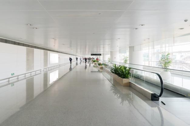 Le tapis roulant mobile est à l'aéroport.