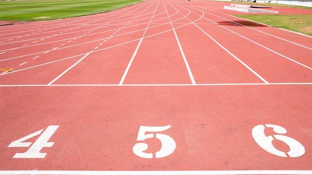 Tapis roulant rouge au stade avec la numérotation du quatrième au cinquième rang
