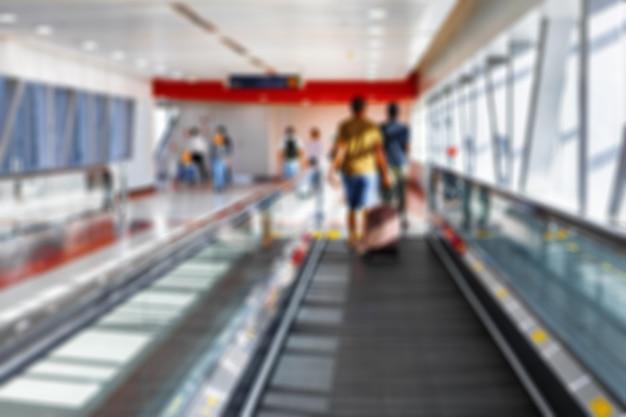 Tapis roulant ou tapis roulant flou dans la station de métro de dubaï