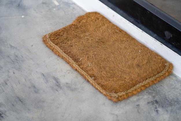 Tapis de sol sur sol en béton à la porte