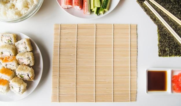 Tapis de sushi avec des ingrédients