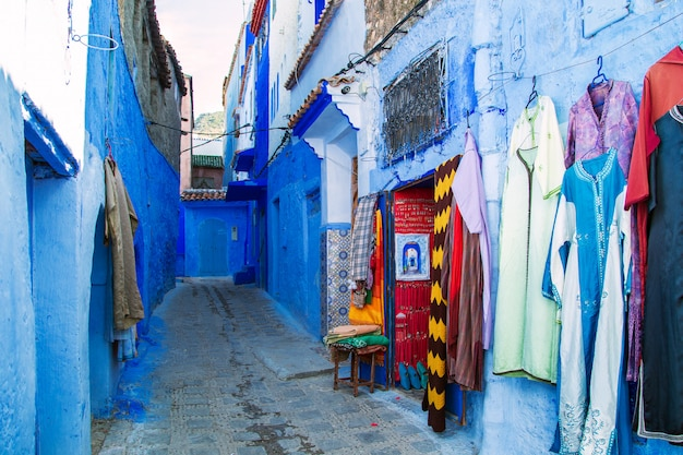Tapis traditionnels dans la rue bleue de chefchaouen.