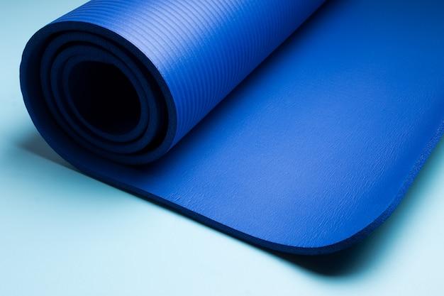 Tapis de yoga bleu. matériel pour le yoga. concept de mode de vie sain et sport.