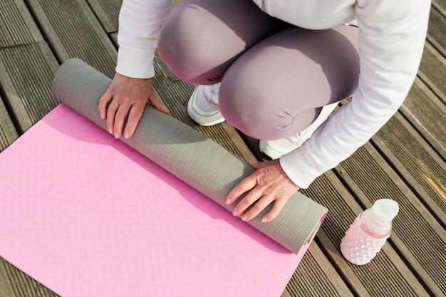 Tapis de yoga de déroulage femme