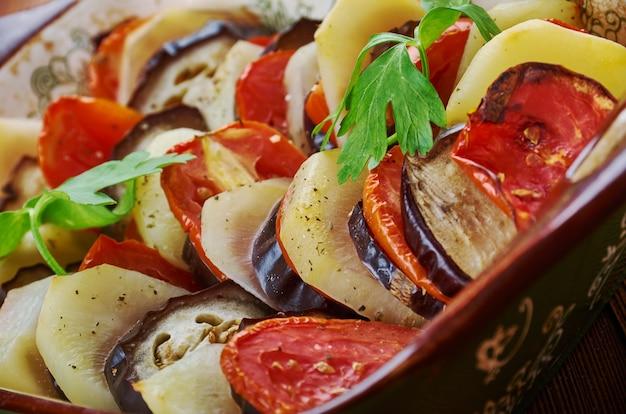 Le tapsi irakien est composé de pommes de terre frites, d'aubergines, de courgettes parfois et en couches, dans une cuisson au four. ragoût du moyen-orient