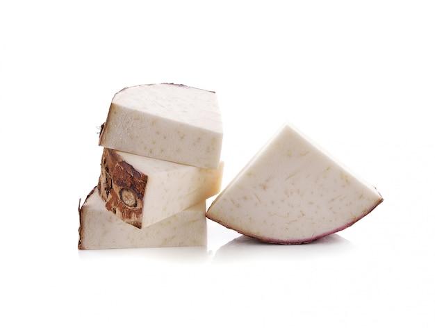Taro isolé sur blanc