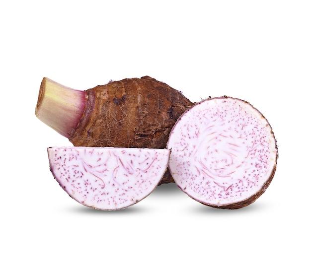 Taro, tranché de taro isolé sur blanc