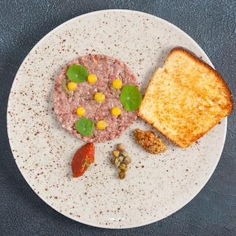 Tartare de boeuf au caviar de champignons et mousse au poivron rouge. la vue d'en haut