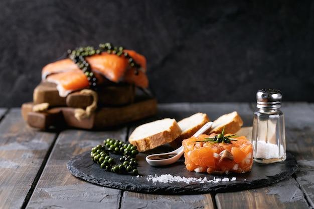 Tartare de saumon servi avec du pain