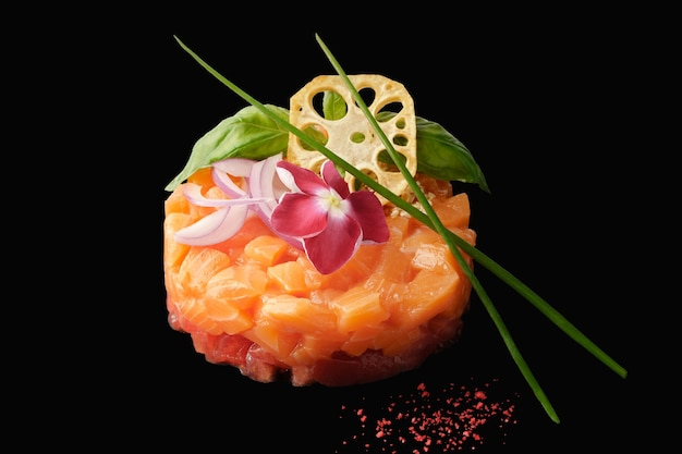 Tartare de saumon à la tomate, oignon rouge, ail, basilic, câpres, racine de lotus, caviar tobiko, citron, ciboulette