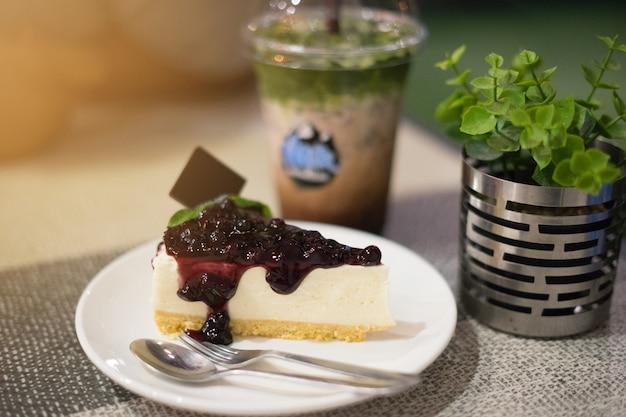 La tarte au bleuet est un dessert délicieux au café ou au café.